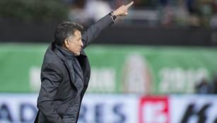 Juan Carlos Osorio da indicaciones en juego del Tri