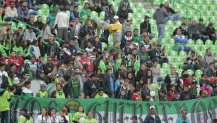 Aficionados de Santos, previo a juego en el TSM