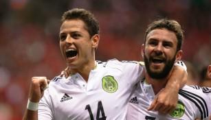 Chicharito y Layún celebran uno de los goles frente a Canadá