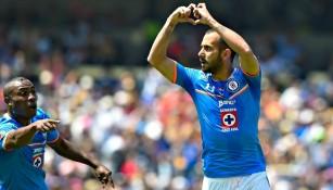 Víctor Vázquez celebra un gol con Cruz Azul