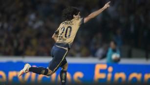 Matías Britos festeja un gol con Pumas