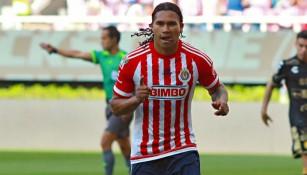 Gullit Peña en el festejo tras marcar con Chivas