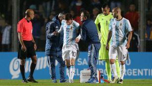 Messi es asistido fuera de la cancha durante el partido amistoso contra Honduras