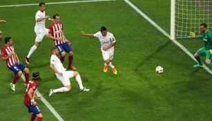 Casemiro desvía un tiro libre de Bale que Oblak detiene sobre la línea de meta
