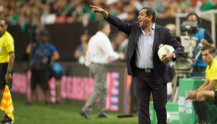 Ramón Díaz dando indicaciones en el juego frente a México