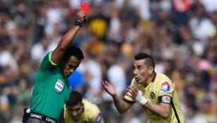 Rubens Sambueza es expulsado en un juego contra Pumas