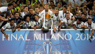 Jugadores del Real Madrid al levantar el trofeo de la Champions