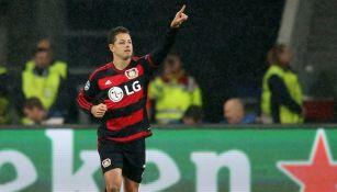Chicharito dedica un gol en un partido del Bayer Leverkusen
