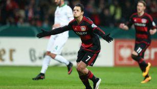 Chicharito celebra gol con el Leverkusen