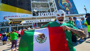 Un aficionado de México con la bandera nacional