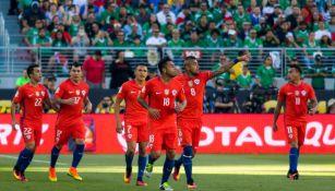 Jugadores chilenos festejando un tanto contra el Tri