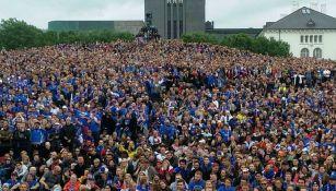 Los aficionados de Islandia siguiendo el juego de su selección en una plaza de Reikiavik