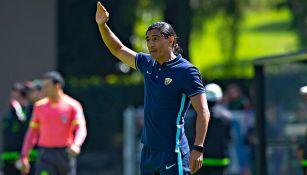 Palencia da indicaciones a sus jugadores durante partido contra el Tri