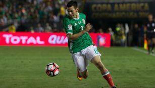 Hirving Lozano, disputando un partido con el Tricolor