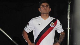 Chofis López posa con el uniforme alternativo de Chivas