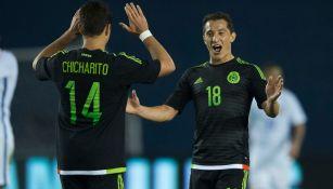 Chicharito y Guardado celebran un gol en Copa América
