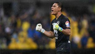 Moisés Muñoz festeja un gol del América