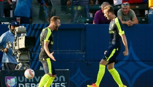 Rob Holding y Calum Chambers festejan un gol con Arsenal