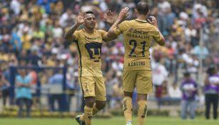 Cortés y Castro se felicitan tras una anotación