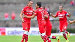 Esquivel, felicitado tras su gol contra Pachuca