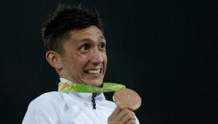 Ismael Hernández posa con su medalla de bronce obtenida en Río 2016