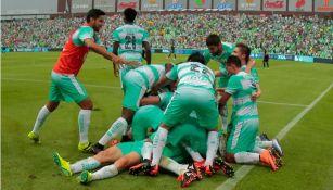 Jugadores de Santos celebran el gol del triunfo en el TSM