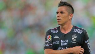 Efraín Velarde, jugador de León, se retira expulsado durante el juego frente a Santos