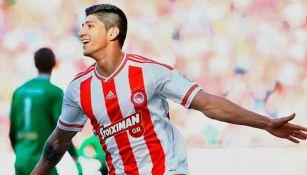 Alan Pulido festeja un gol con Olympiacos