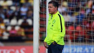 Ricardo Peláez observa desde la portería, previo a juego de Copa MX