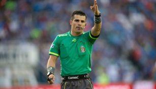 El árbitro central Fernando Hernández, en duelo de la Liga MX