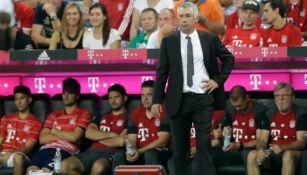 Carlo Ancelotti observa el funcionamiento de su equipo en la Bundesliga
