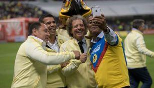 Los exjugadores de América se toman una selfie durante el homenaje