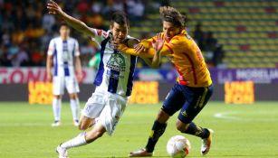 Hirving Lozano y Carlos Adrián Morales disputan un balón en el Clausura 2016
