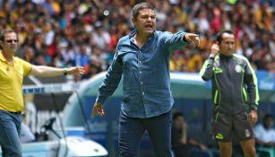 Daniel Guzmán, dando indicaciones en un partido de UdeG