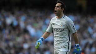 Claudio Bravo celebra una anotación del Manchester City
