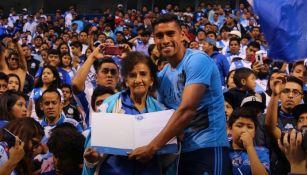 Patricio Araujo entrgándole un agradecimiento a Doña Male en el estadio Cuauhtémoc