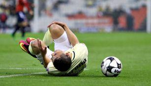 Paul Aguilar tendido en el campo tras sufrir la lesión en Copa MX