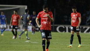 Los jugadores de Chiapas caminan cabizbajos tras caer con Cruz Azul