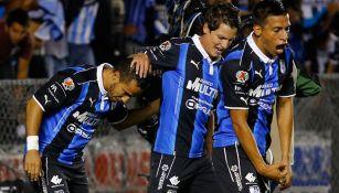 Los jugadores de Querétaro festejan un gol