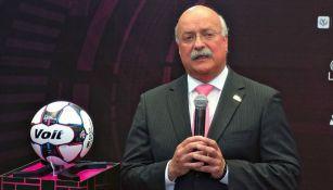 Enrique Bonilla en la presentación del balón