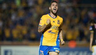 Andy Delort festeja su gol con Tigres