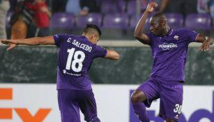Salcedo festeja un tanto de la Fiorentina en Serie A