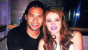 Carlos Peña y Dennisse Collazo posan para una foto