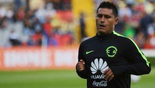 Osvaldo Martínez calentando antes de un juego con las Águilas