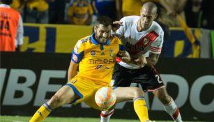 André-Pierre Gignac y Jonatan Maidana disputan el balón en una de las finales de Copa Libertadores