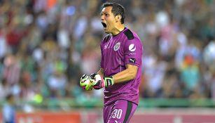 Rodolfo Cota festeja gol de Chivas contra León