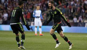 Layún corre a Vela para celebrar su gol
