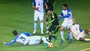 González patea a Herrera en el área