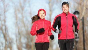 Corredores hacen ejercicio durante invierno