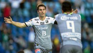 Mauro Boselli y Germán Cano festejan un gol de León